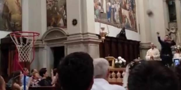 La Chiesa diventa un palazzetto, sacerdote invita lo sposo a tirare a canestro -Video