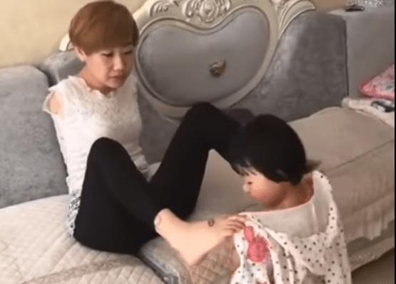 Priva delle braccia, ecco come questa mamma si prende cura della figlia - Video