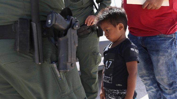 USA: i repubblicani si piegano, bambini mai più separati dai genitori al confine
