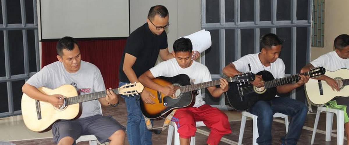 Lezioni di chitarra gratuite a chi si avvicina a Dio