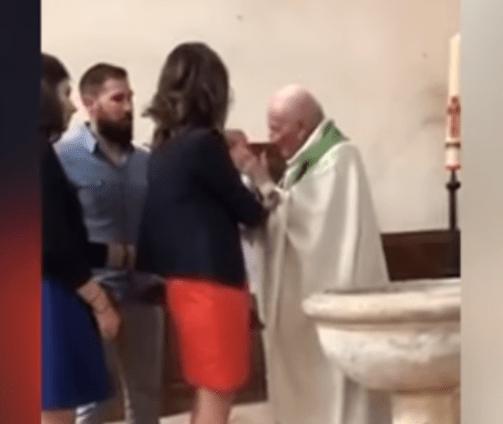 Prete schiaffeggia bambino durante il battesimo - VIDEO
