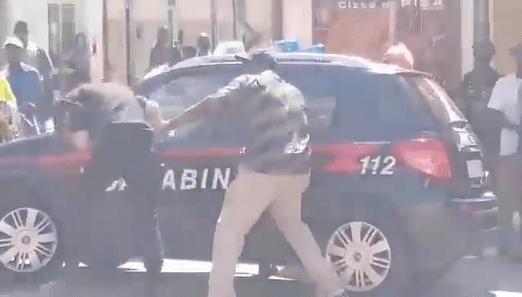 Migrante colpisce in faccia un carabiniere, il video scatena una bufera social