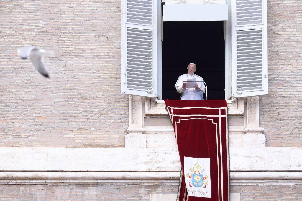 "Angelus, papa Francesco: ""L'assenza di fede allontana dalla grazia divina"""