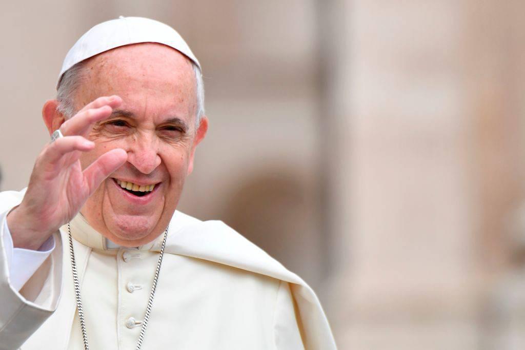 Papa Francesco cena a sorpresa con 280 poveri in Vaticano