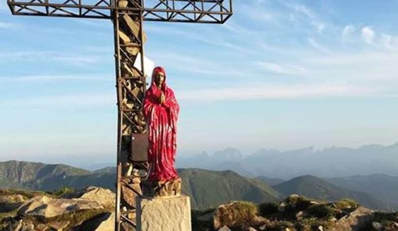 Reggio Emilia: vandali imbrattano di rosso la statua della Madonna