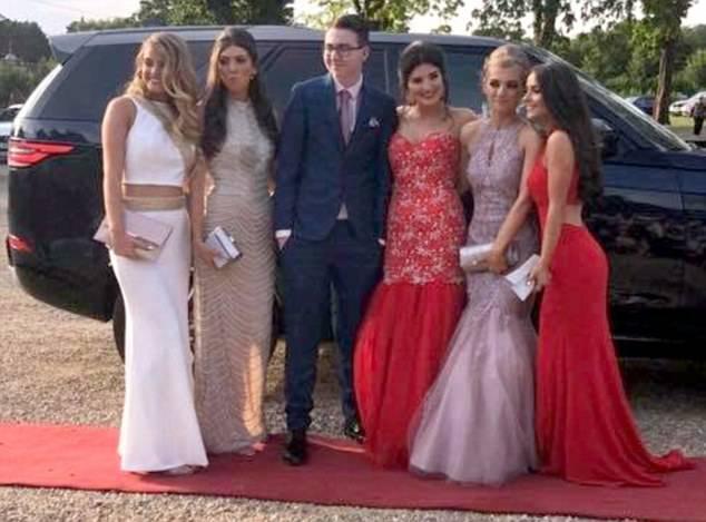 Cinque ragazze si offrono come dame ad un ragazzo autistico senza compagna per il ballo