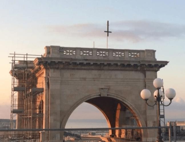 """Rimossa la croce rovesciata al Bastione di Cagliari: """"Era opera dei satanisti"""""""
