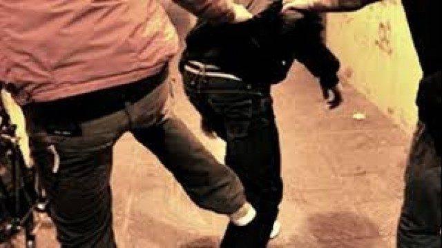 """""""Vai via negro di m***a"""": uomo aggredito preso a calci e pugni"""