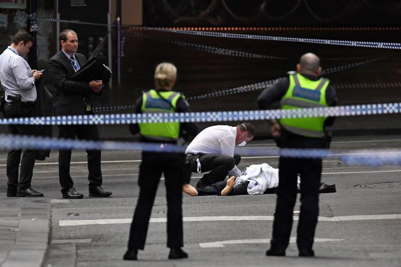 terroristista fa esplodere un'auto e accoltella i passanti