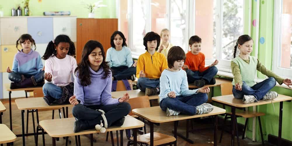 corsi di yoga nelle scuole