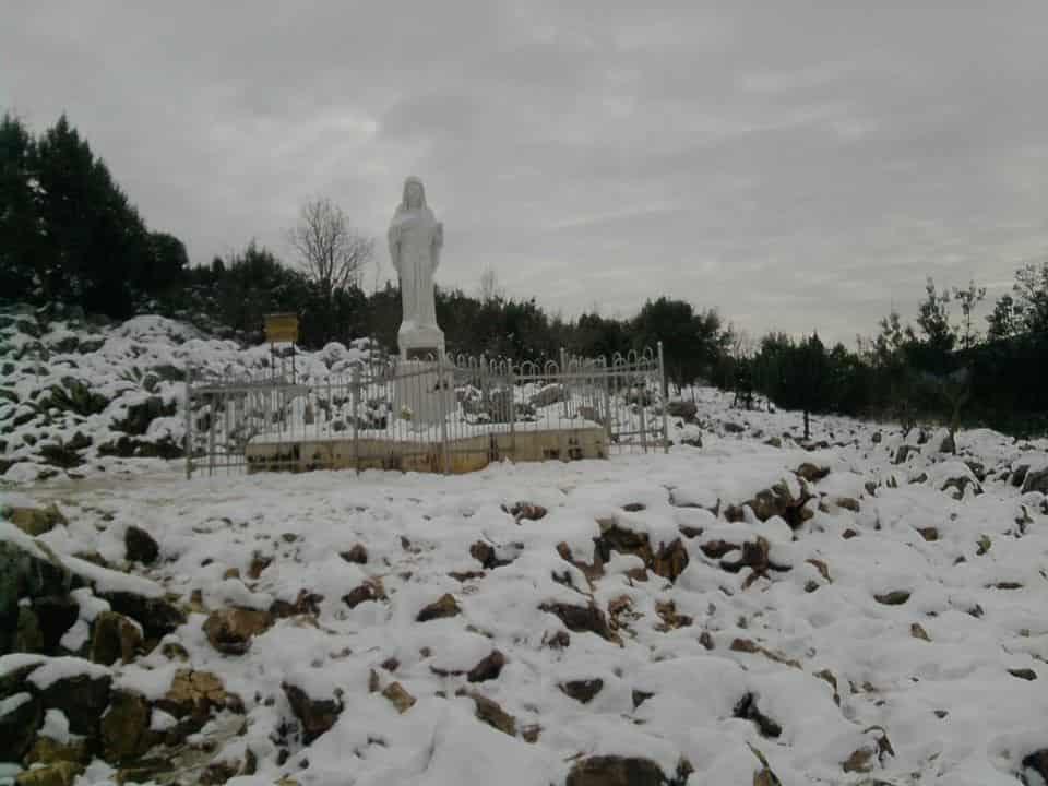 I fedeli sfidano freddo e neve per la novena di Natale