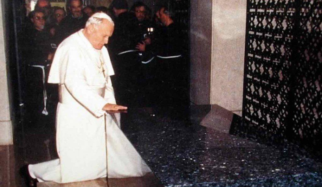 Giovanni Paolo II - prega su tomba Padre Pio