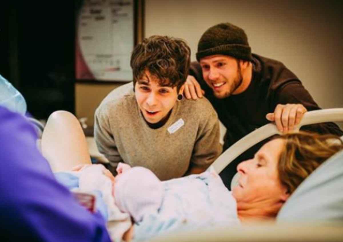 Madre 60enne partorisce una bimba per il figlio gay
