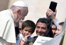 Greta Thunberg incontra il papa a Piazza San Pietro
