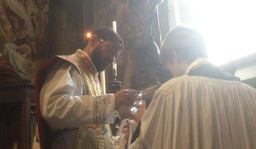 sacerdote lavabo mani messa