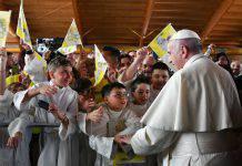 papa francesco bambini camerino