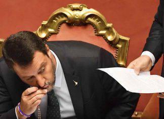 Matteo Salvini bacia il rosario