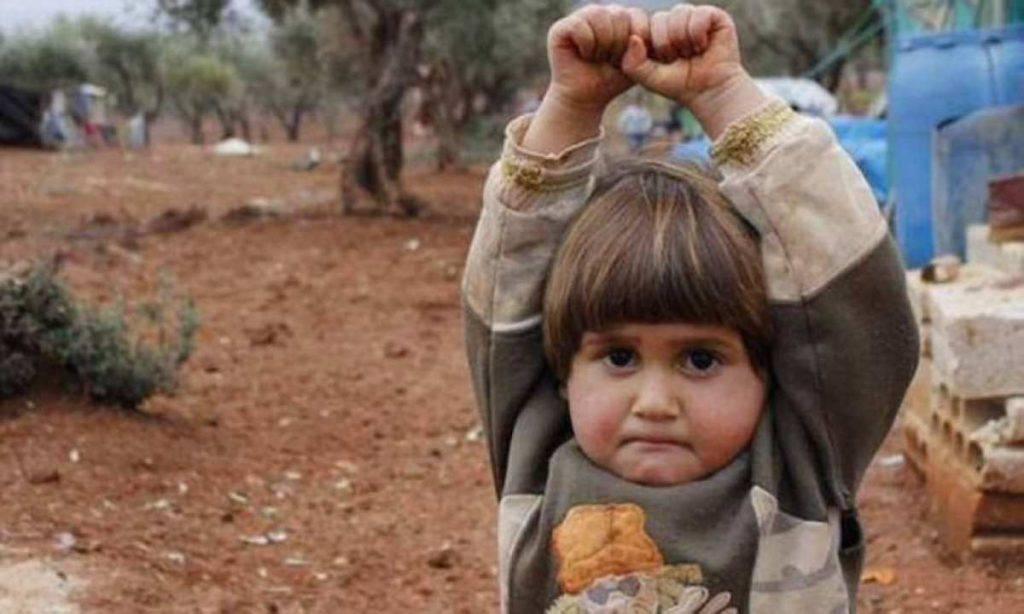 Siria, bimba si arrende alla fotocamera