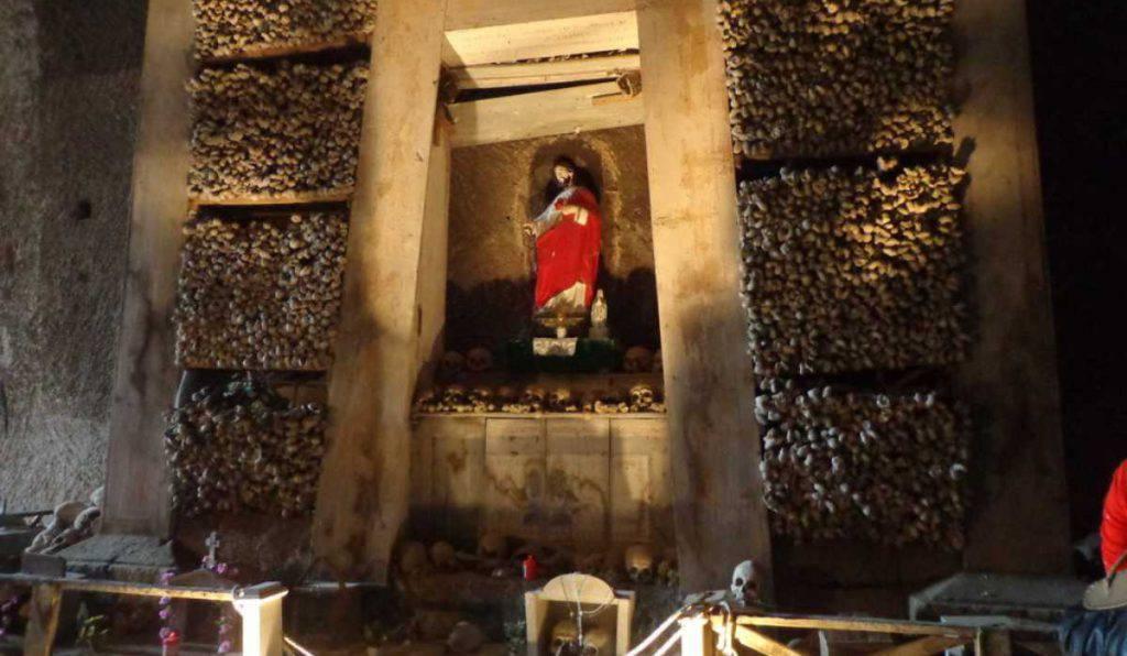 cimitero fontanelle altare ossa