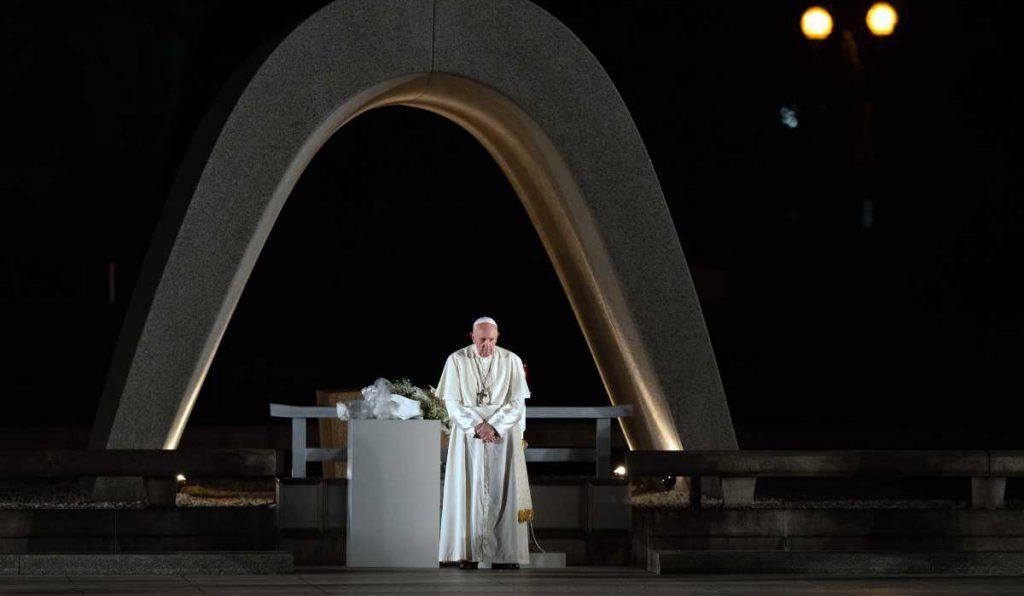 papa francesco monumento atomica
