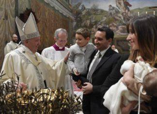 papa francesco battesimo bimbi
