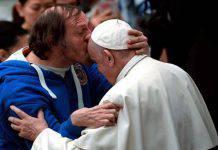 papa francesco bacio fronte