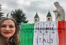 La bandiera italiana posta ai piedi della Madonna a Medjugorje