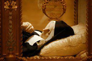 Santa Bernadette Soubirus non sembra morta ma dormiente nel suo copro incorrotto