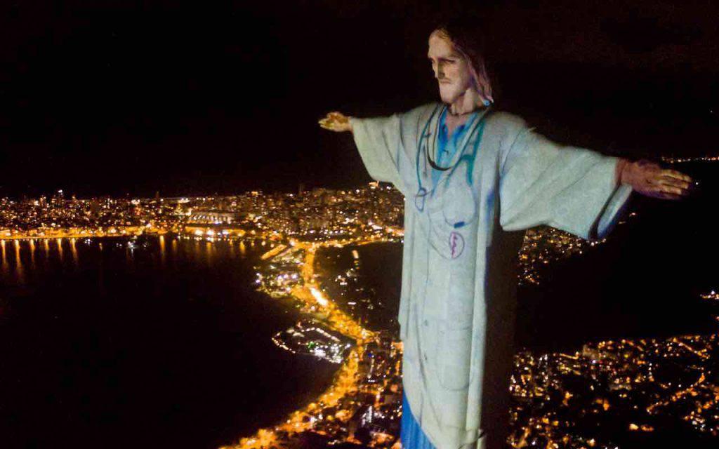 Cristo Redentore a Rio de Janeiro in Brasile vestito da medico