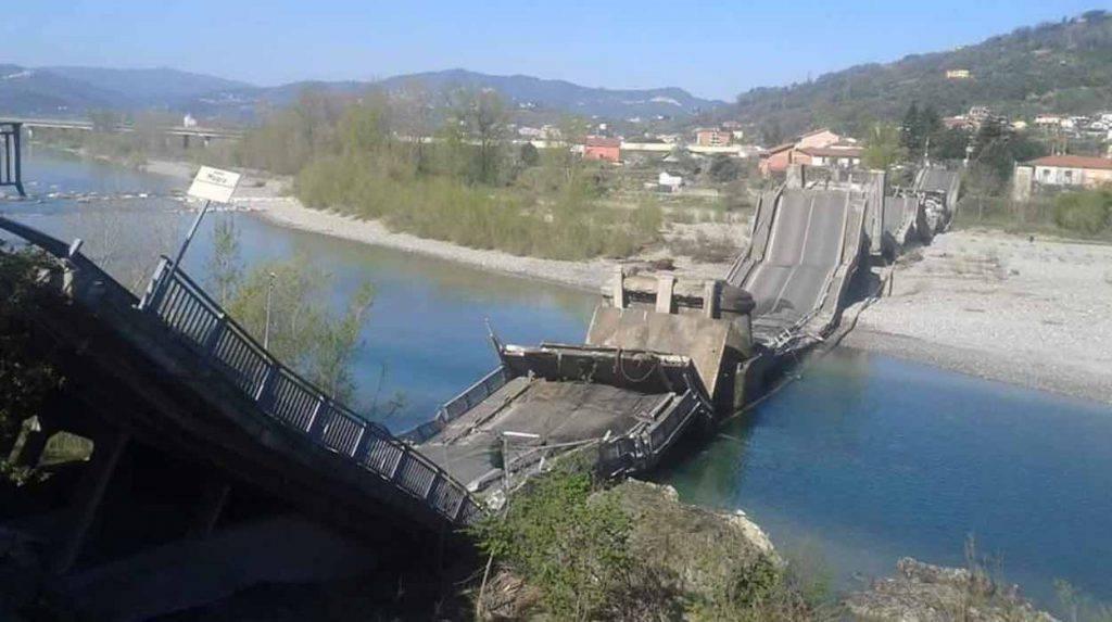 Ponte di Caprigliola crollato in provincia di Massa Carrara in Toscana