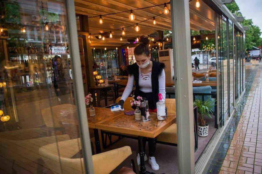 Coronavirus e gesti di solidarietà, paga un caffè 50 euro per aiutare il bar