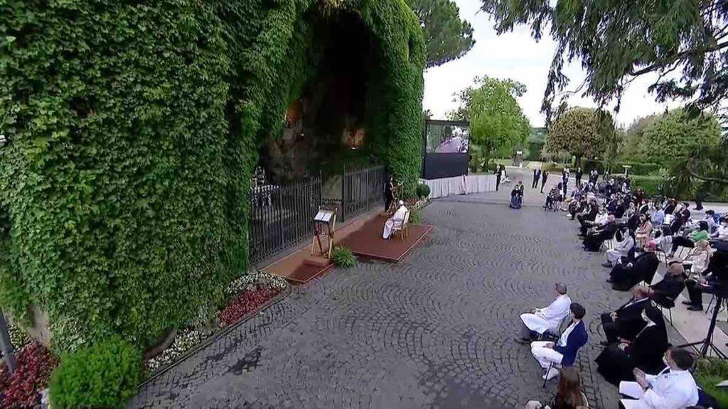Rosario in diretta con Papa Francesco e i santuari di tutto il Mondo