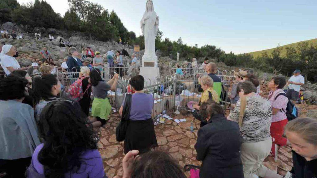 Medjugorje, il 25 giugno 2020 è il 39° anniversario delle apparizioni. I fedeli attorno alla Madonna sulla collina del Podbrdo