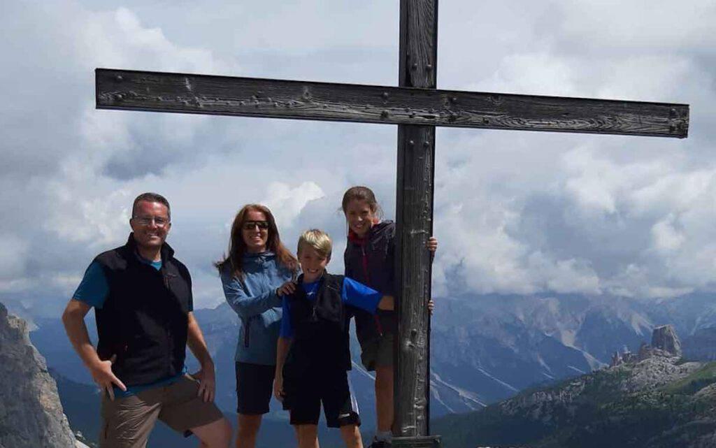 Un ritratto della famiglia felice in vacanza: Mario, Bressi. Daniela Fumagalli e i loro gemelli, Elene e Diego