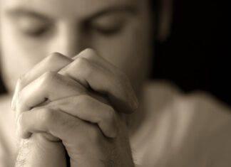 Uomo che prega san Giuseppe per trovare un lavoro