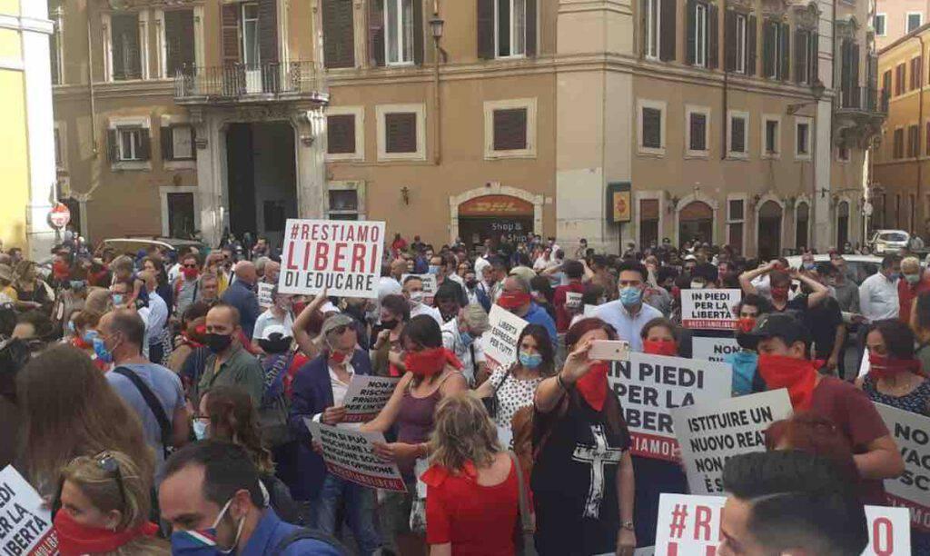 In centinaia a manifestare in piazza montecitorio a Roma il 16 luglio 2020 per il diritto alla libertà di opinione contro il Ddl zan