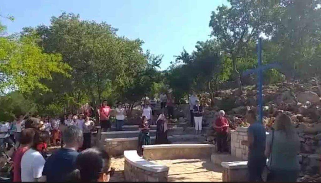 Medjugorje, 2 luglio 2020: parrocchiani e pellegrini pregano alla Croce Blu