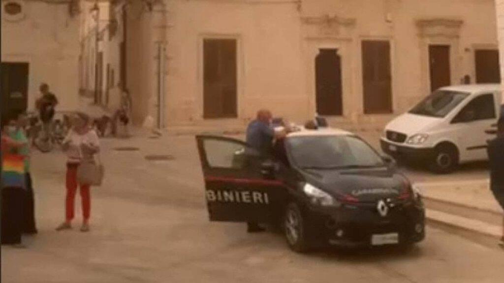 """Il sindaco di Lizzano ordina ai carabinieri """"prendete quelli in chiesa"""""""