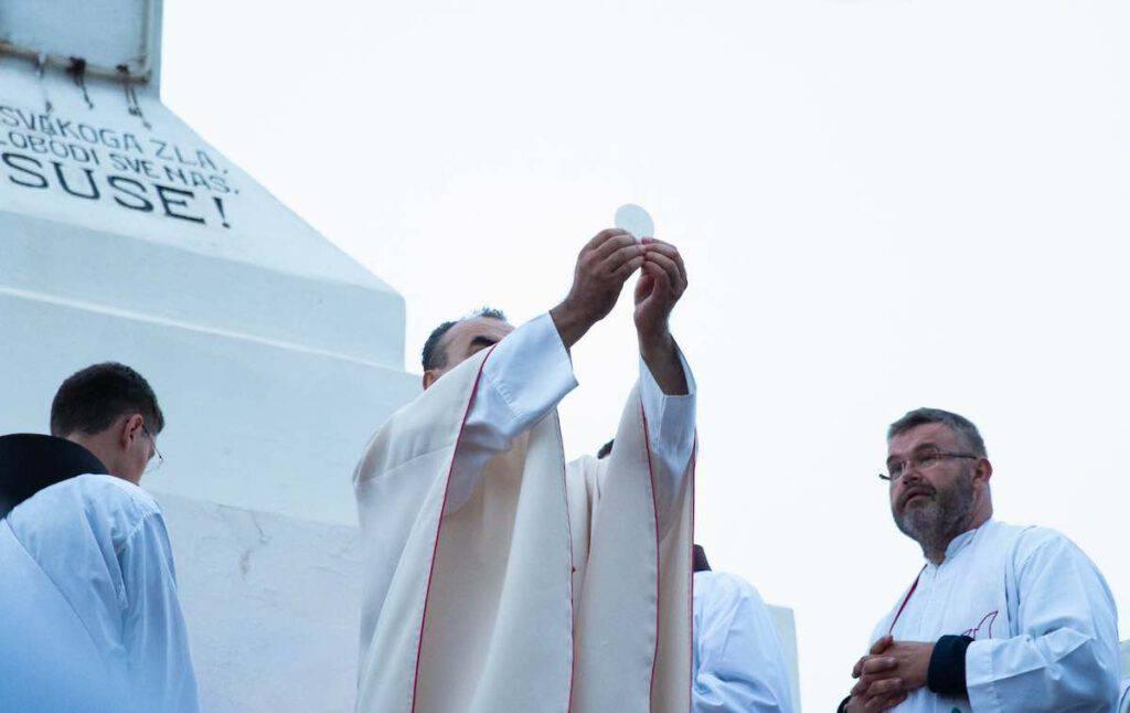 Padre Marinko Sakota, parroco di Medjugorje, celebra la messa conclusiva del 31° Festival