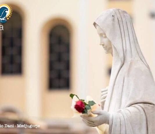 Madonna di Medjugorje davanti alla chiesa