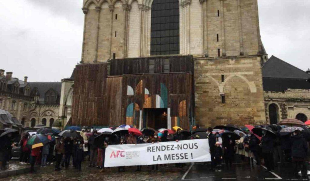 I cattolici in piazza per la Messa