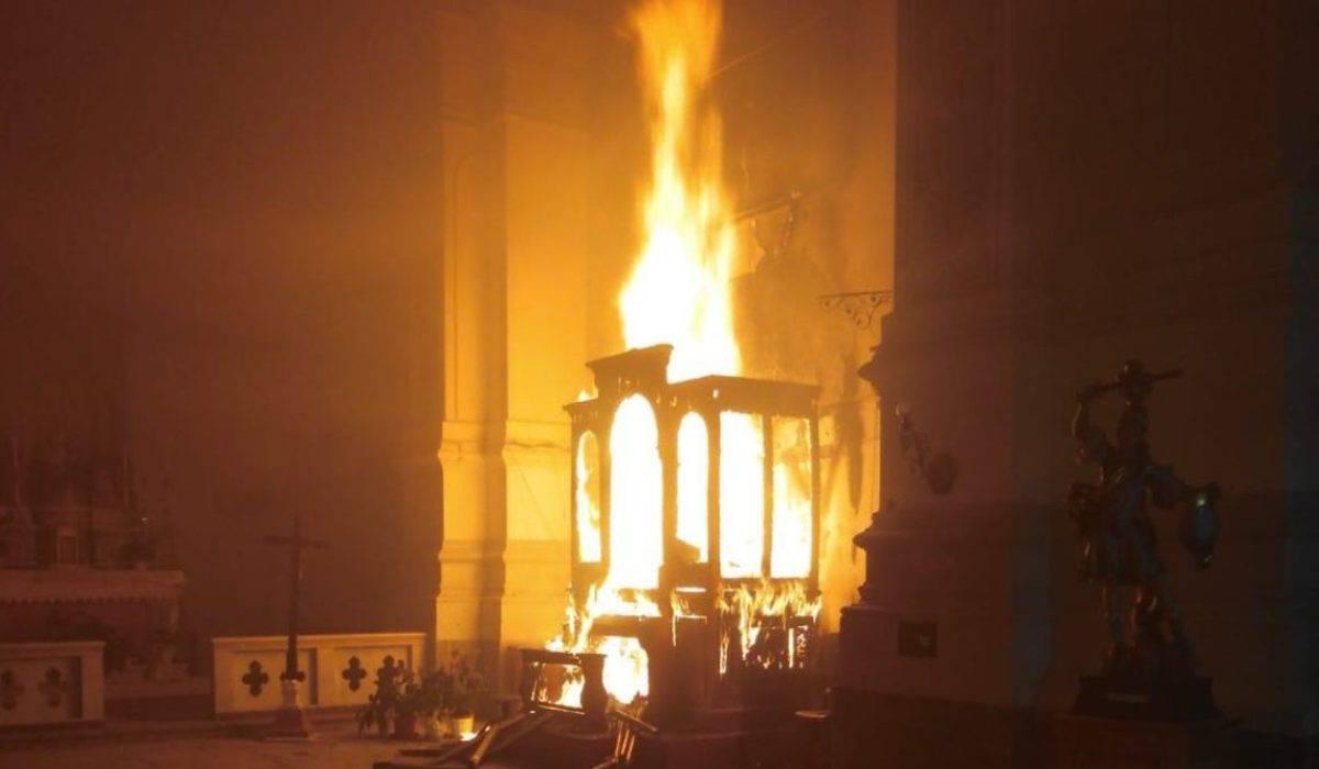Scoppiato incendio nella chiesa di santa Maria del Rosario a Catania