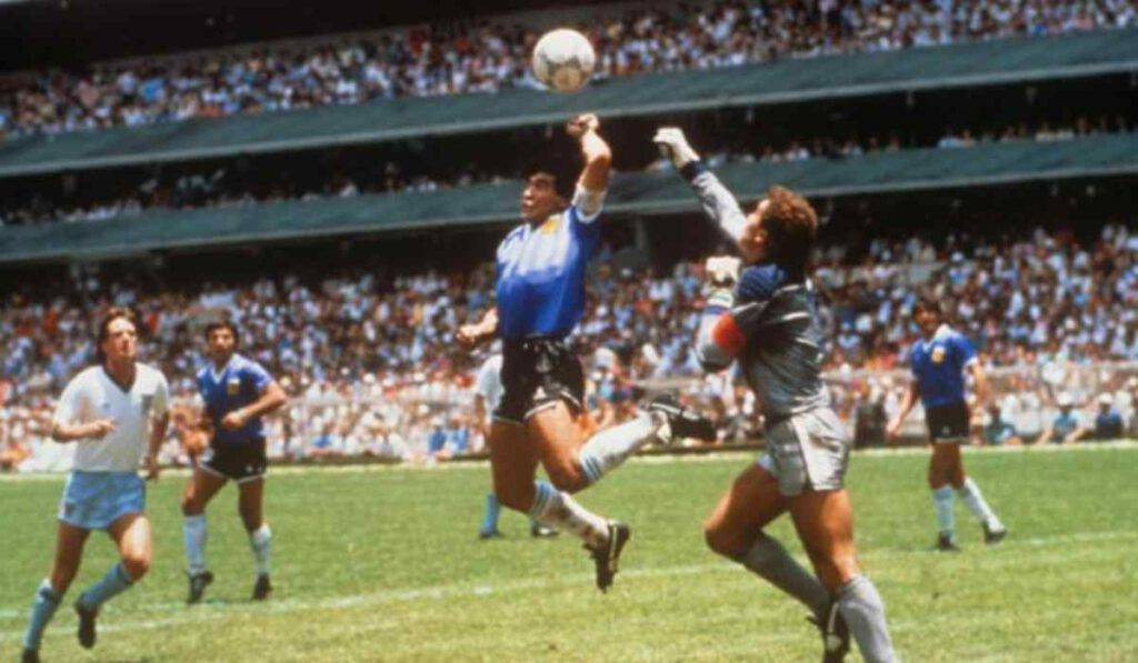 Maradona e la fede, quel gesto che vale il Paradiso