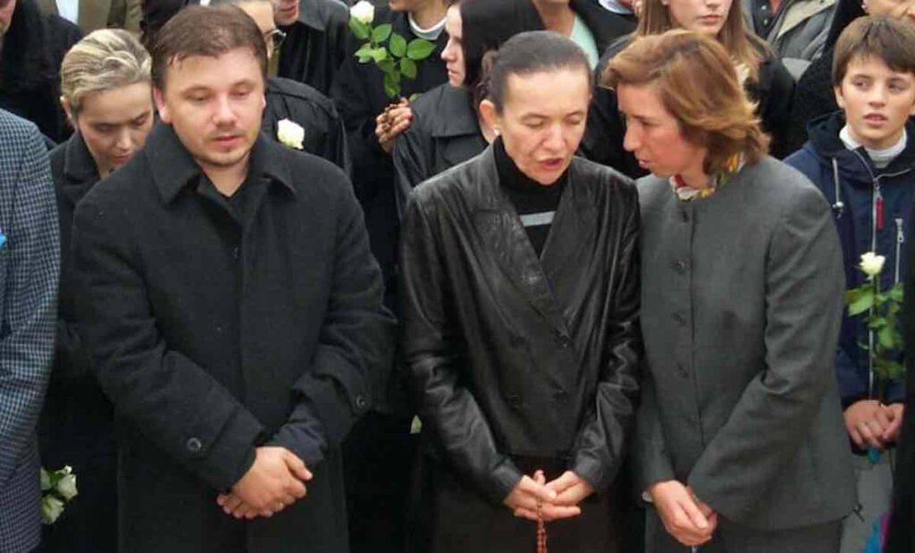 Al funerale erano presenti i veggenti, nella foto, Jakov, Vicka e Marija