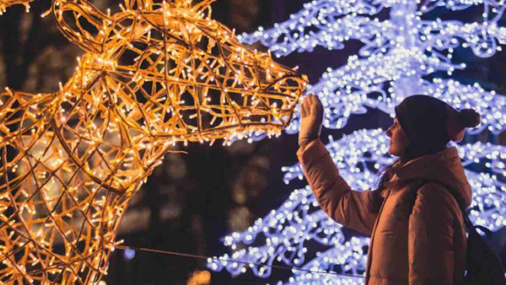 Natale come si illuminano le citta