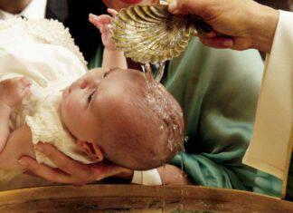 battesimo bambino acqua chiesa