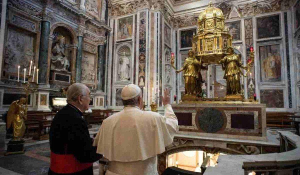 Il Papa visita a sorpresa l'Immacolata