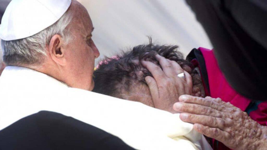 papa bacio povero cultura scarto