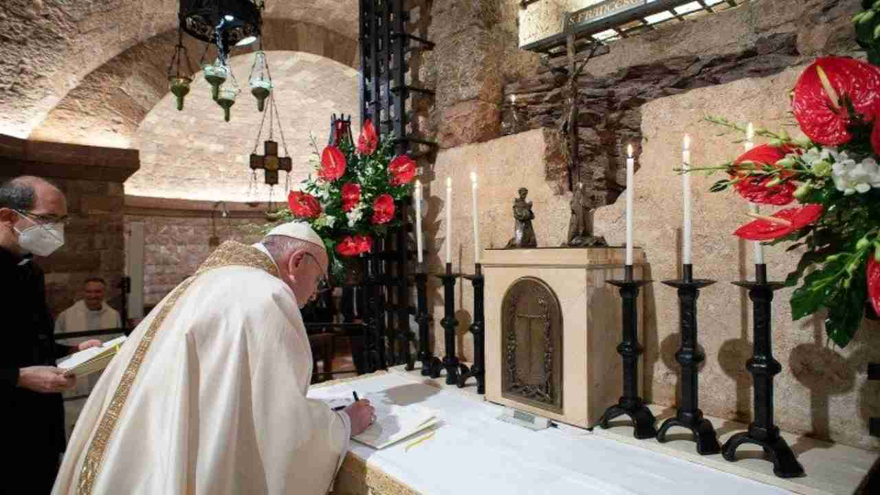 "Papa Francesco firma l'enciclica ""Fratelli tutti"""
