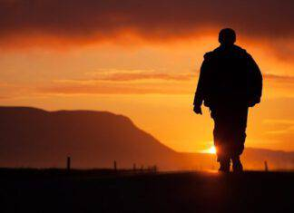 Uomo in cammino al tramonto